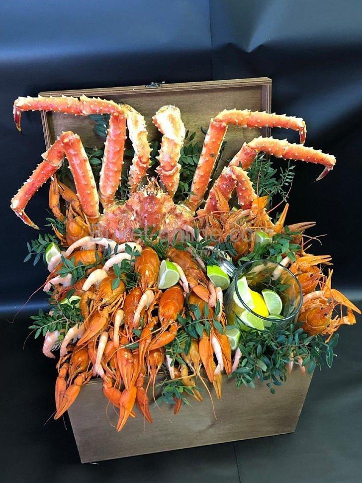 Подарочный набор с крабом, раками и креветками