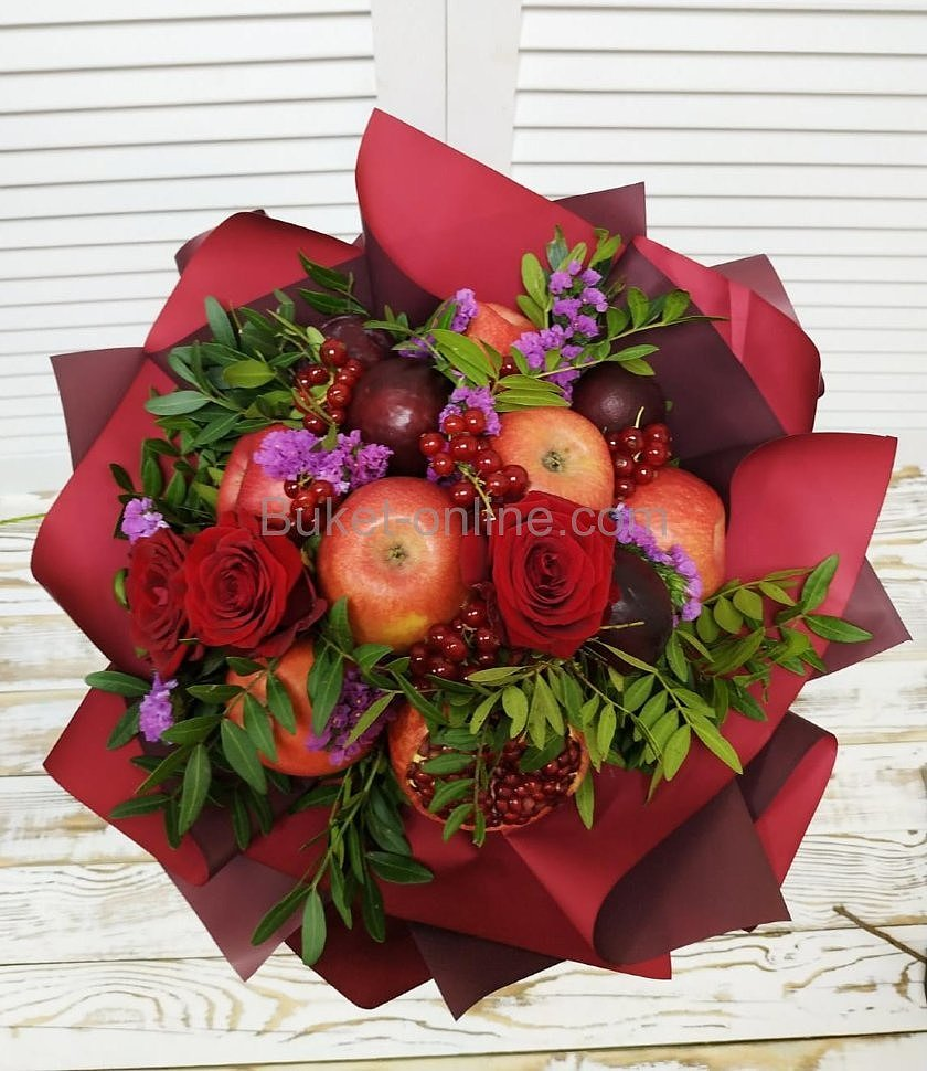 Букет фруктов с яблоком, сливой и ягодами