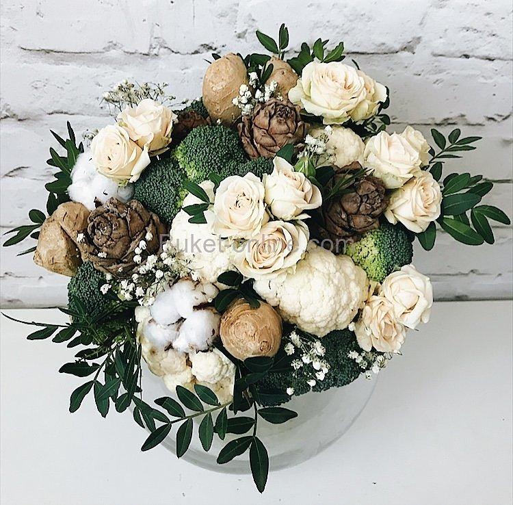 Овощной букет с имбирем, кедровыми шишками и белыми розами