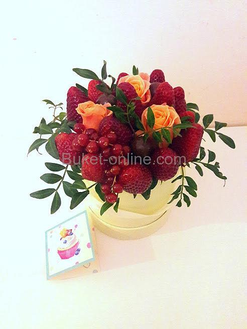 Букет с клубникой, шоколадными конфетами и розами в шляпной коробке