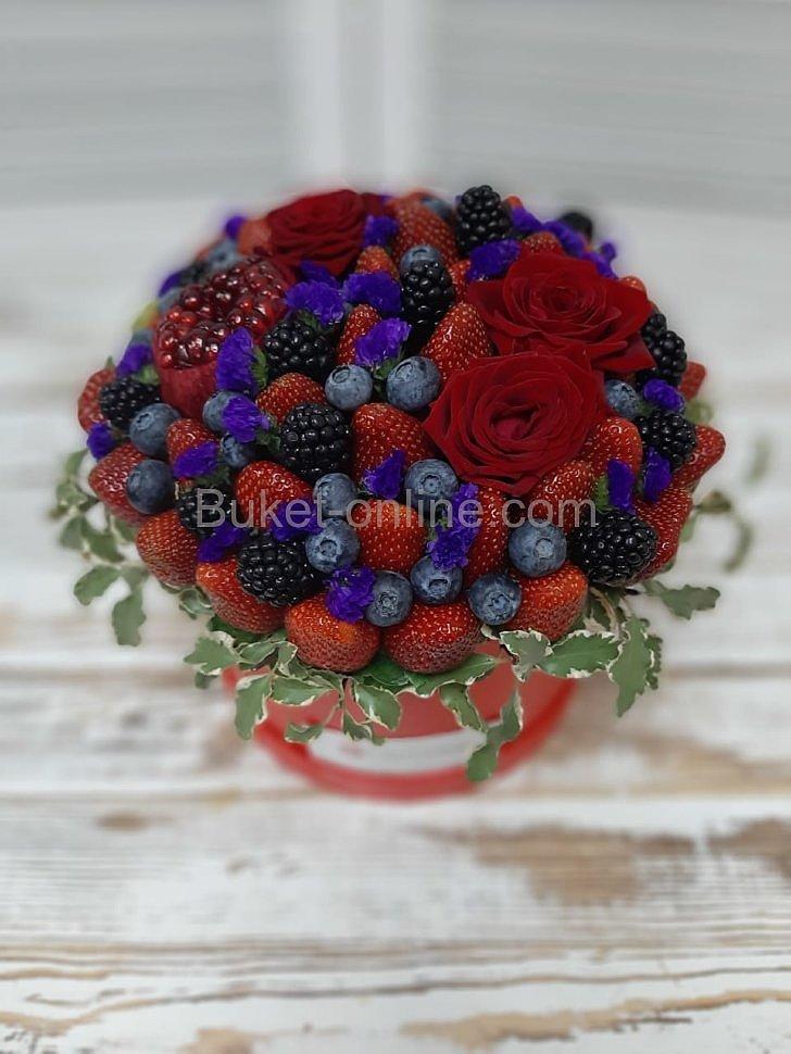 Ягодный букет с розами в шляпной коробке