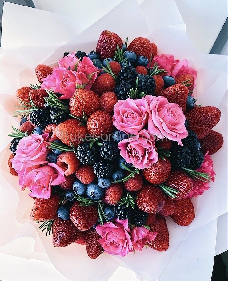 Букет с клубникой, ягодами и цветами
